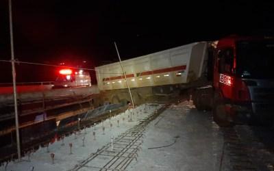 Carreta fica presa em ponte interditada na MG-050