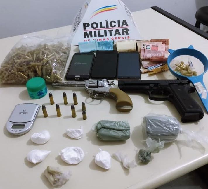 Três homens são detidos com réplicas de armas, dinheiro e drogas
