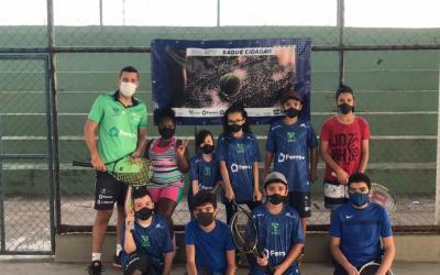 Crianças itaunenses ganham projeto gratuito de tênis