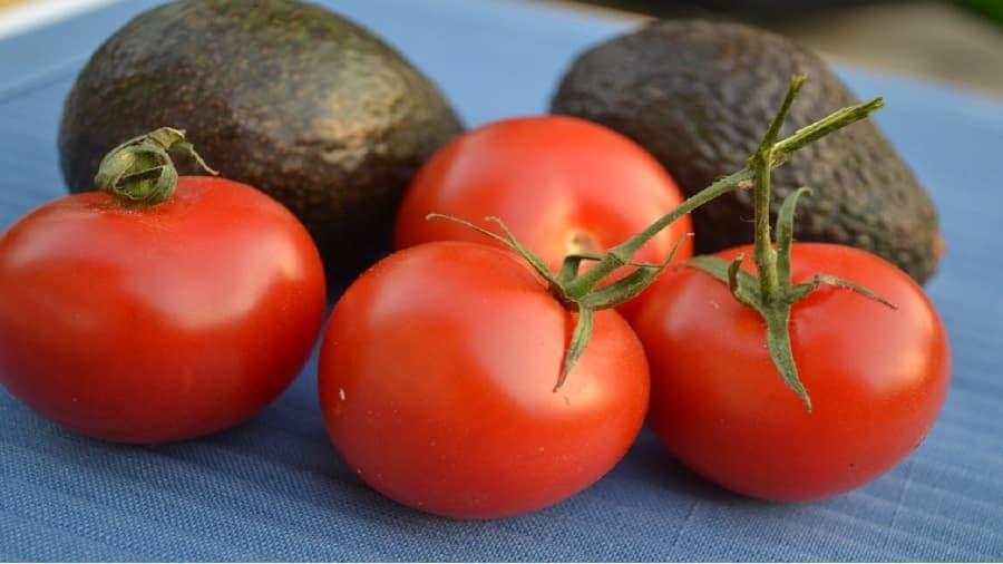 Comment utiliser la tomate avec de l'avocat pour le nettoyage de la peau