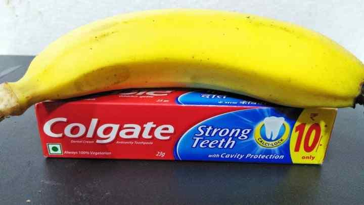 Banane et dentifrice (Colgate) pour réduire les pointes fourchues et lisser les cheveux