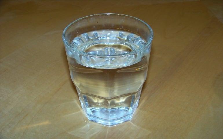 Comment détecter les énergies négatives à la maison en utilisant uniquement un verre d'eau?