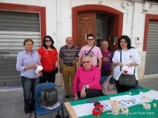 Amigos en la mesa de la Cruz Roja al final de la Sagaasta