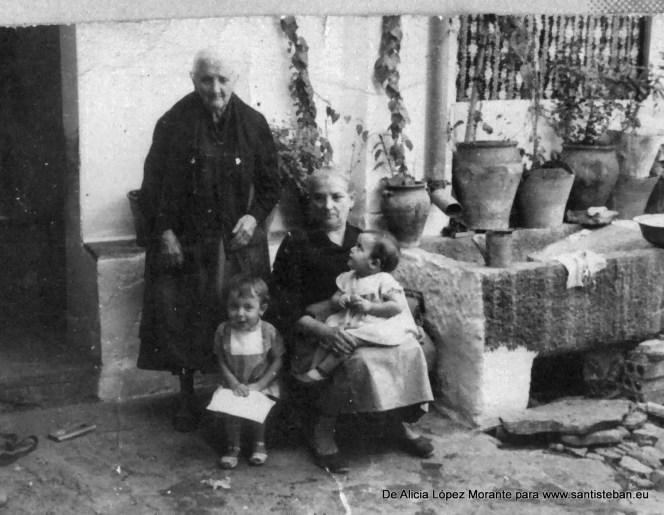 Foto a la que tengo mucho cariño, estoy yo de pequeña, con mi hermana Sara, mi abuela Justa y la bisabuela Ramona en el corral de la Posada.
