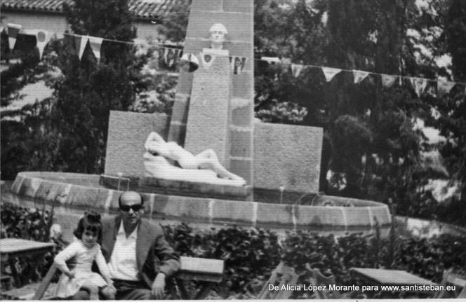 En esta foto están mi padre con mi hermana Angela, que ya no está con nosotros, en la fuente del jardín.
