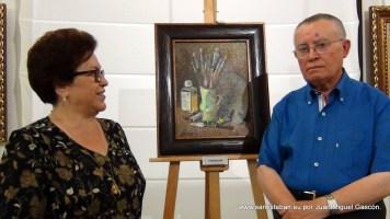 """José y su esposa María, con su obra """"Trebejos""""."""