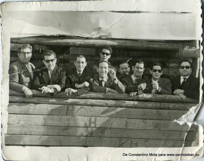 Constantino con unos amigos (muchos de ellos de Sorihuela) en el tablao de la plaza de toros (Plaza Mayor), en torno al año 53 o 54.