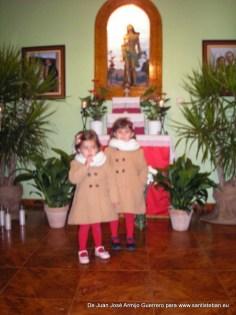 Las niñas de la familia con Santo Bastián