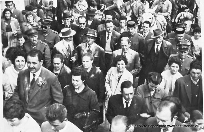 En un primer plano a la izquierda los comisarios Pedro Mercado y Concepción Nieto Pérez, detrás mayordoma y comadres, mayordomo y compadres, autoridades civiles y eclesiásticas. Al fondo se ven las mulillas.