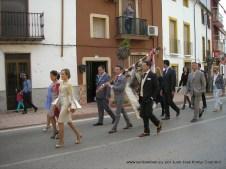 Banda de música y mayordomía de dirigiéndose a la entrada del pueblo para recibir a los muleros