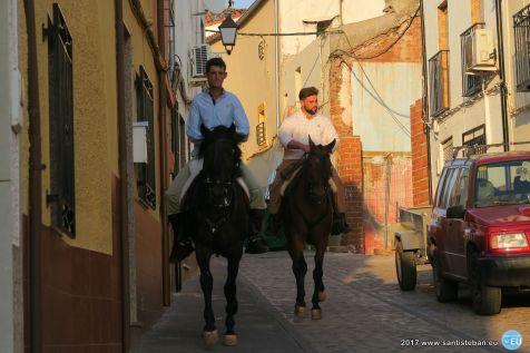 Caballos recorriendo Santisteban con la recogida del trigo 2017