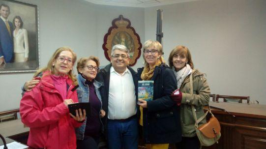 El autor con los asistentes al acto