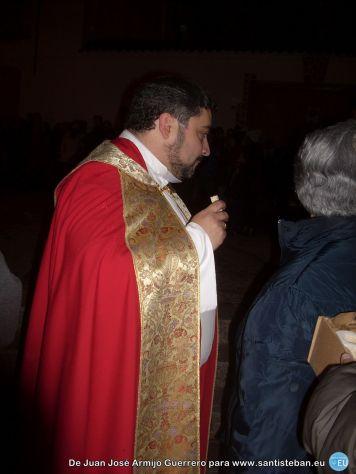 Nuestro párroco Sergio, comiéndose el primer rosco.