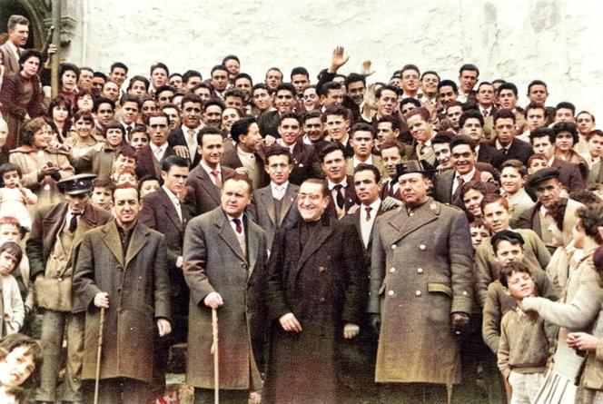 Quintos en Santa María, años 60, de la Fototeca de El Chinero. De izquierda a derecha: Blasillo el Tuerto, Ricardo Salas -Juez de Paz-, Marcial Medina -Alcalde-, D. Juan Vico -párroco- y el jefe de la Guardia Civíl.
