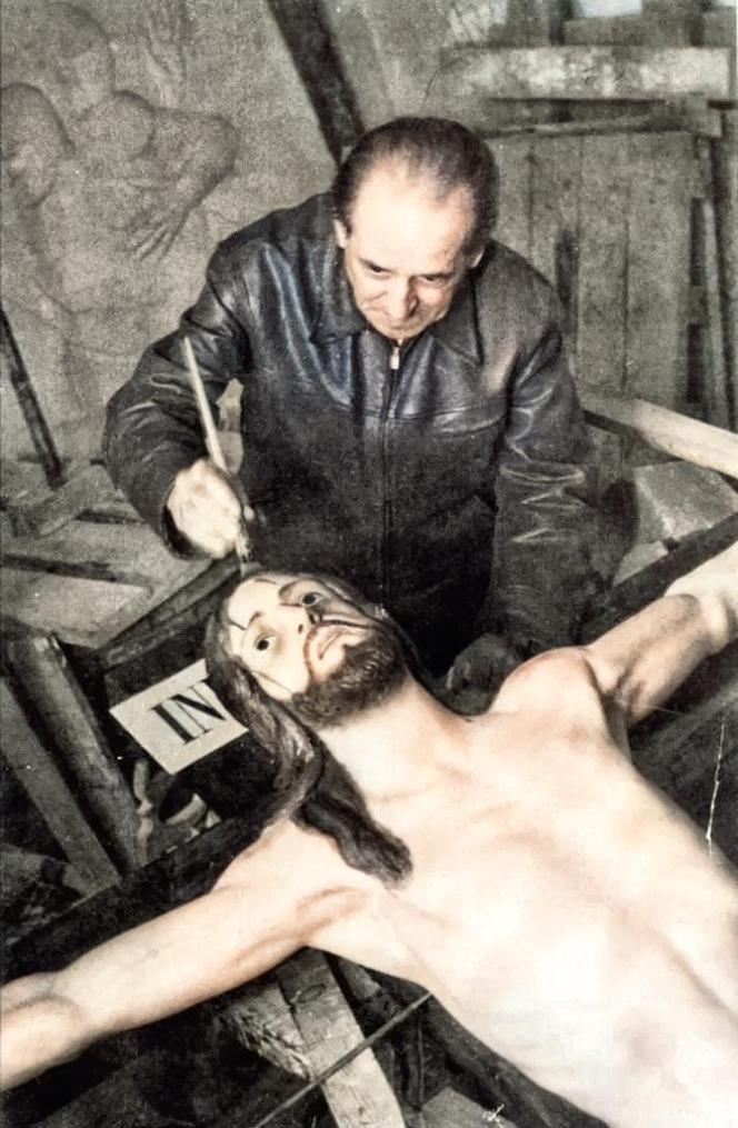 Jacinto Higueras Fuentes, poco antes de su muerte, dando los últimos toques a su obra el Cristo del Perdón. Año 1954. Fototeca de El Chinero.