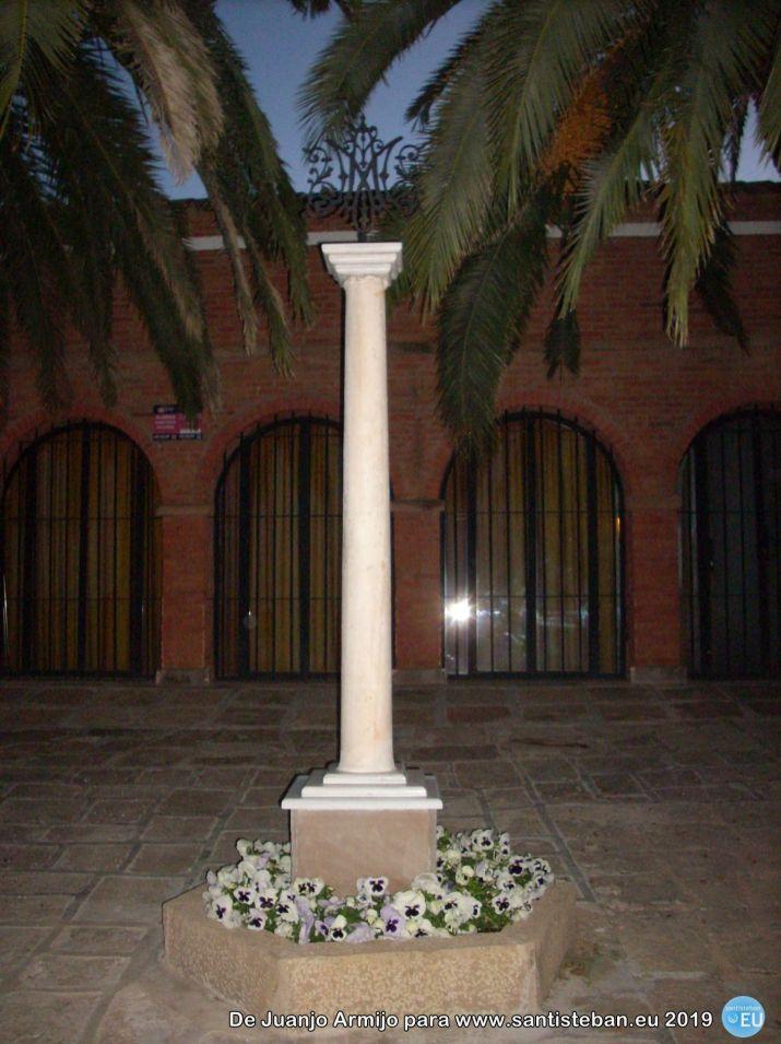 Columna frente al museo de la Virgen
