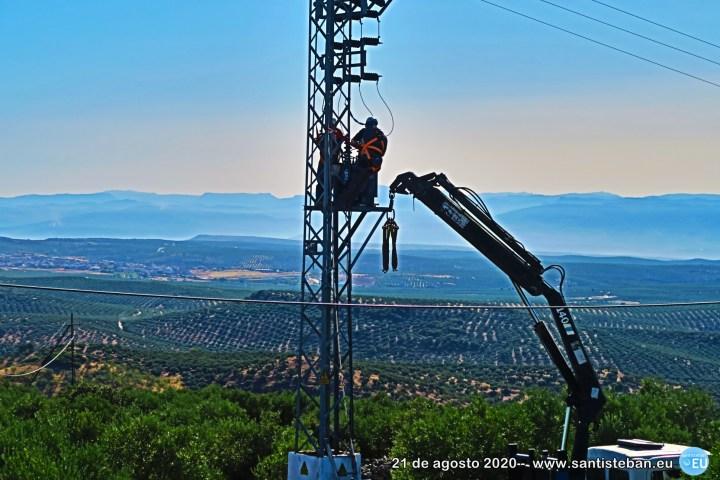 Reparaciones en un poste de luz en el Cerro San Marcos