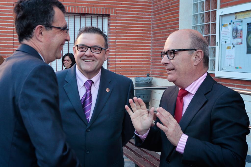 Llega Alcalde José Ballesta a la Iglesia recibido por el presidente de la Cofradía Juan Jesús González Gurillo