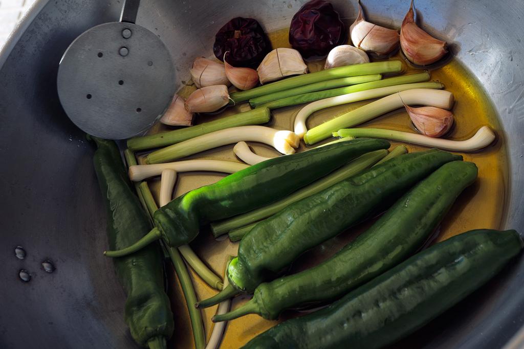 Freír verduras para un plato de migas