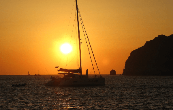 Catamaran soleil couchant Santorin