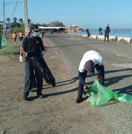 Montecristi: Politur participa en jornada de limpieza de playas.