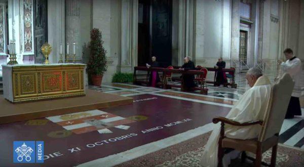 Il papa durante la celebrazione della preghiera, in compagnia di un solo prelato