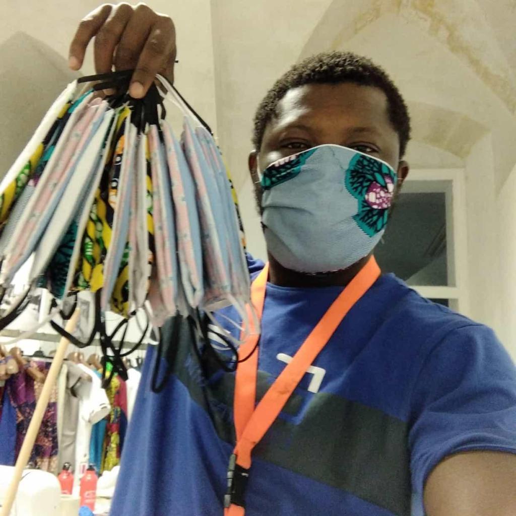 Un ragazzo dello Siproimi/Sprar di Matera mostra le mascherine realizzate nel laboratorio del centro di accoglienza