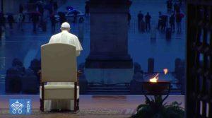 Papa Francesco sul sagrato di San Pietro durante l'omelia pronunciata in occasione della preghiera straordinaria contro il Coronavirus