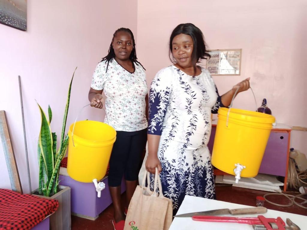 Alcune mamme di Kariobangi, a Nairobi, con i secchi distribuiti da Sami Maina
