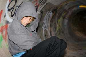 Una ragazza nascosta dentro una cavità, la rappresentazione simbolica dell'hikikomori