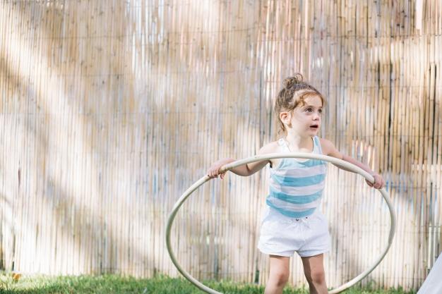 bambina e hula hoop