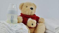 Un orsetto di peluche accanto a degli assorbenti