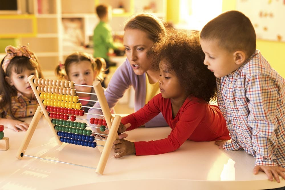 Bambini imparano la matematica con un pallottoliere