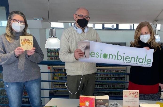 Un momento della consegna, da sinistra Elisa Pappalardo (responsabile della Biblioteca), Marco Fratoddi (direttore di Sapereambiente), Teresa Brunetti (assessore alla Cultura del Municipio V)