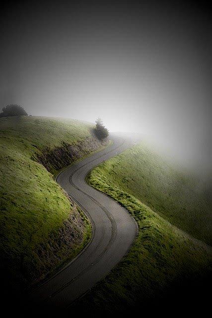 Herbst - Verschlungene Straße im Hochland in den Nebel