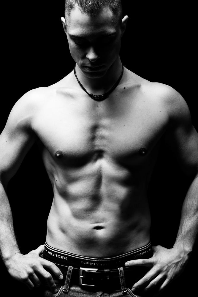 Mann Studio Schwarz Weiß Muskeln Trainiert