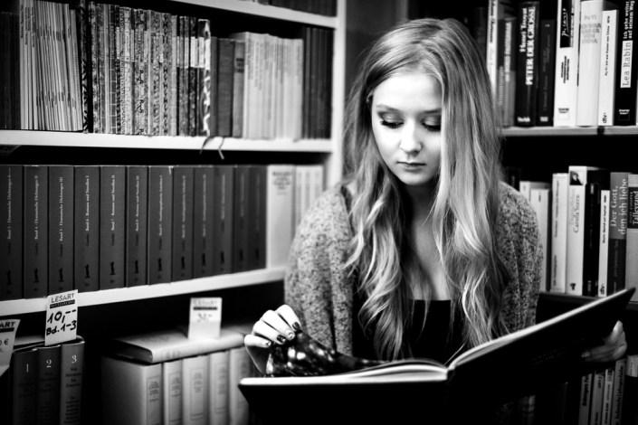 Portrait Frau Mädchen Bücherwurm Bücherei