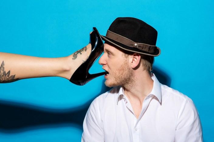 Studio Portrait Mann Blau Hut Schuh