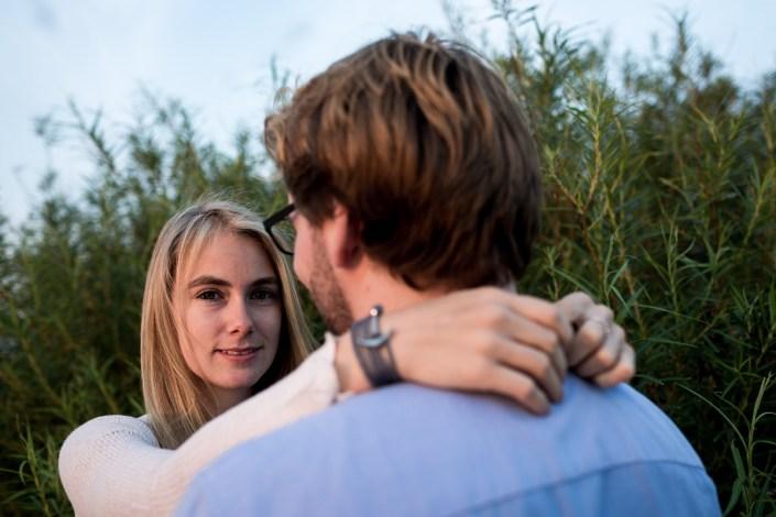 Mann umarmt Frau Strand Düne Laboe Sonnenuntergang