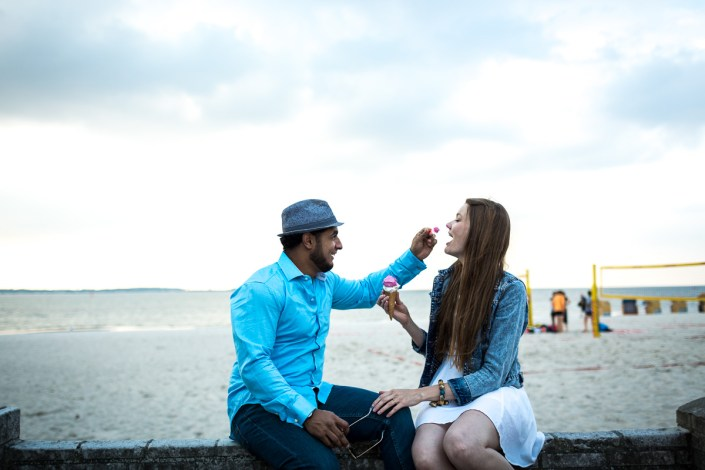 Mann Frau Eis Strand Spaß
