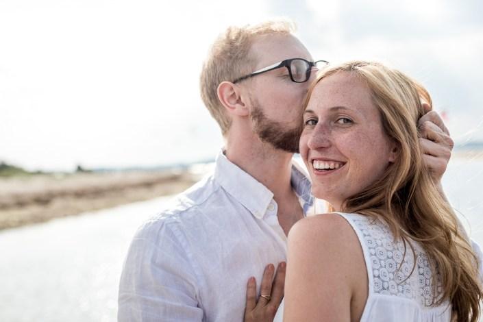 Paar am Strand Kuss und Lachen Düne Laboe Paarshooting