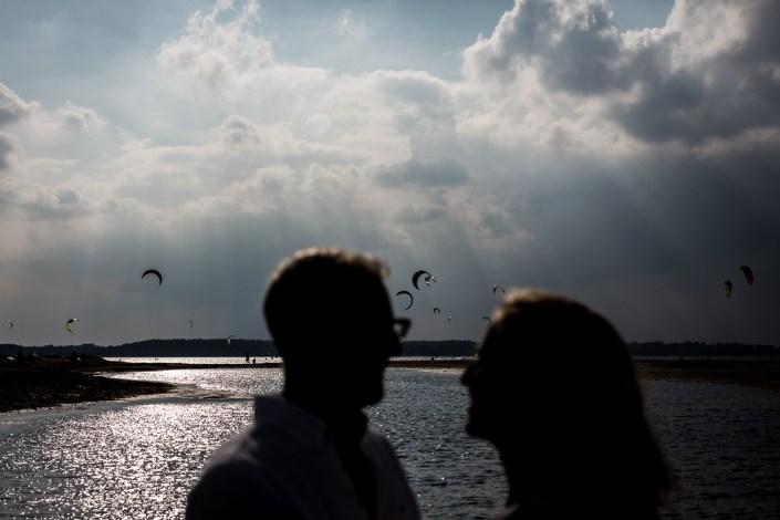 Paar am Strand Kitesurfer Wolken Laboe Paarshooting