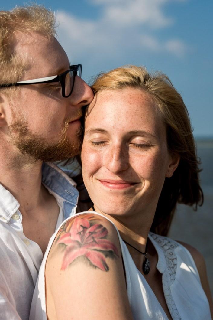 Paar am Strand Umarmung Kuss Düne Laboe Paarshooting