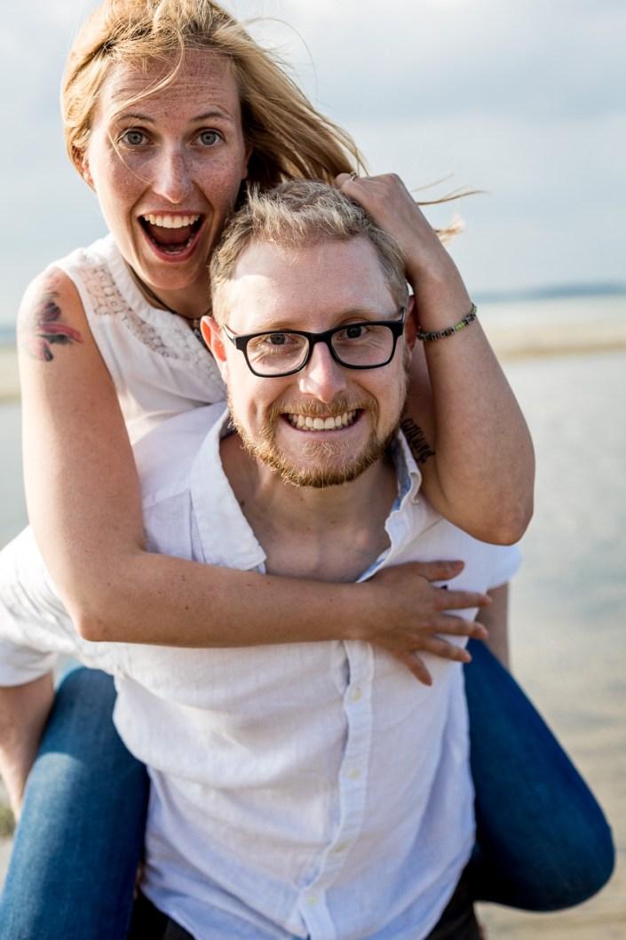 Huckepack Paar am Strand lachen Düne Laboe Paarshooting