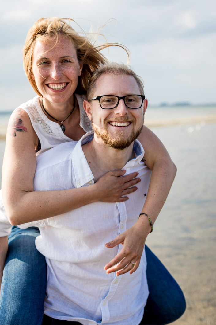 Huckepack Paar am Strand Düne Laboe Paarshooting