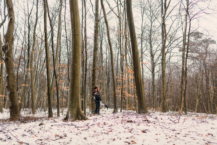 Paar im Wald bei Schnee alternativ Punk Liebe