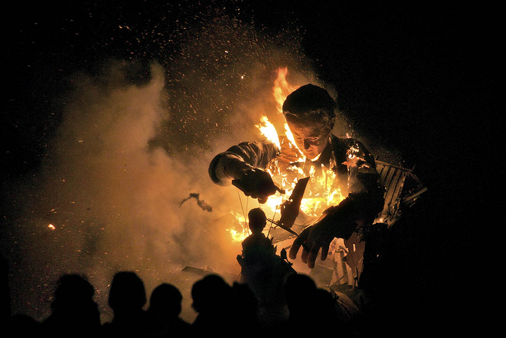 https://i2.wp.com/www.sarahannant.com/wp-content/uploads/2015/08/Burning-effigy-of-David-Cameron-with-Nick-Clegg-as-his-puppet-Cliffe-Bonfire-Society-Lewes-Sussex.jpg