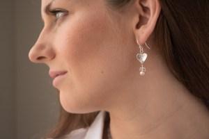 website_silver_heart_pearl_model_earring-0877