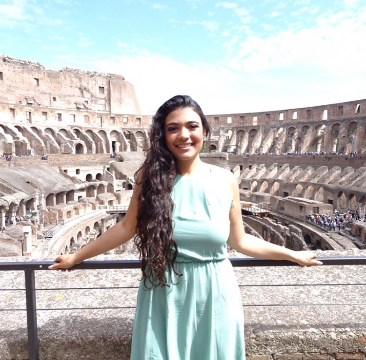 3 Days in Rome: girl in front of Colosseum