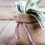 Looking for easy ways to save money in everyday life? These 10 no-brainer ways to save money will give you immediate results!